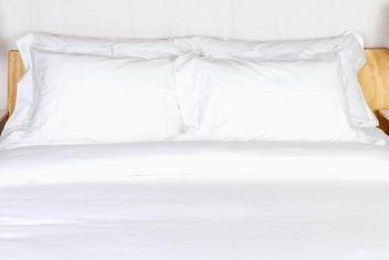 白のベッドリネンで統一して、ホテルライクな寝室に。