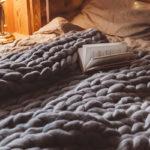 足元や腰など、ベッドを部分的に温めたい方の、毛布の活用法