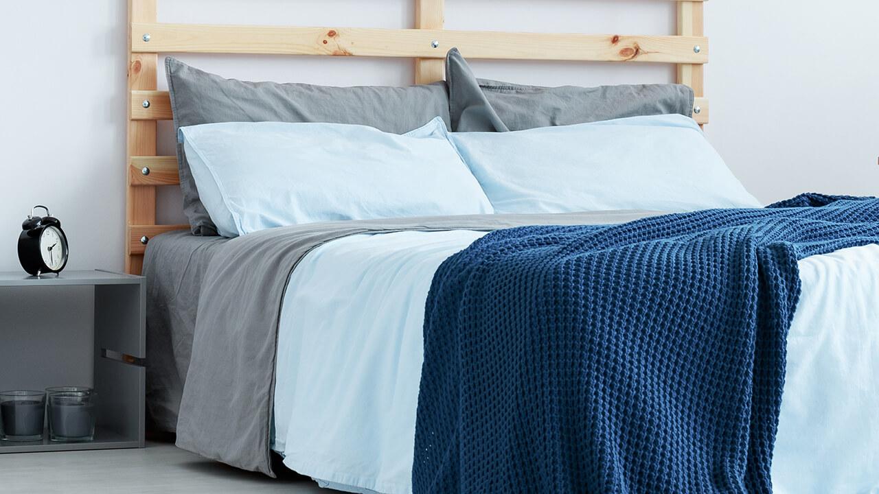 枕2つは、シーツと同じグレー、枕2つは掛け布団カバーと同じライトブルーという組み合わせ